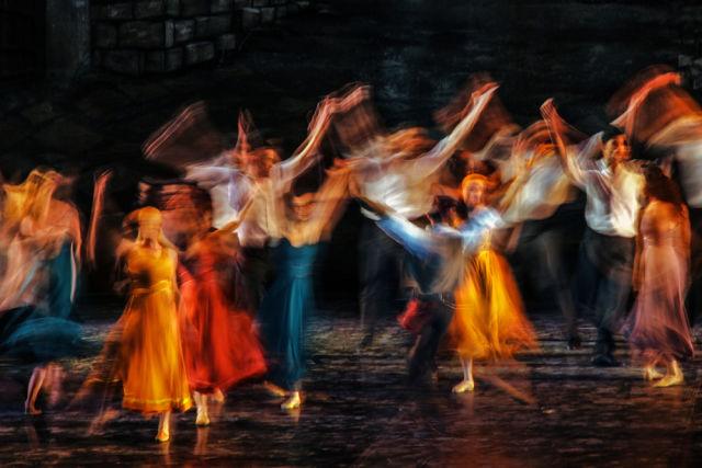 Künstler performen auf einer Showbühne