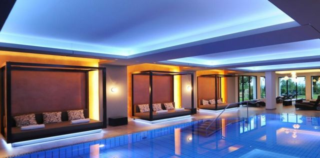 Zwembad met lounge bedden bij Schlosshotel Bad Wilhelmshöhe