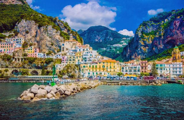 Schönes buntes Dorf an der Amalfiküste