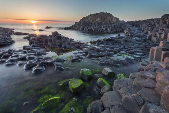 Der Gian'ts Causeway in Nordirland während des Sonnenuntergangs