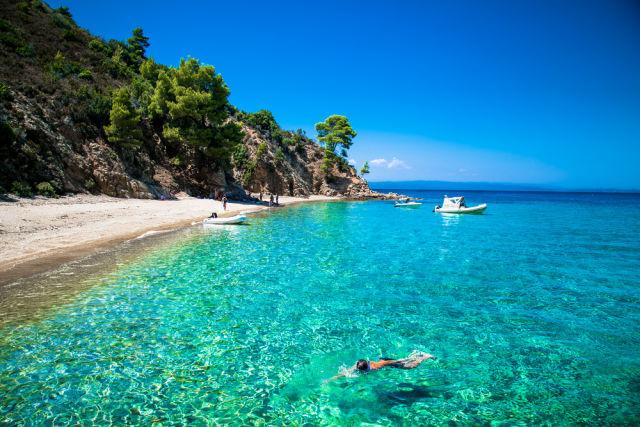 Klares Wasser am Strand der Ostküste von Chalkidiki, Griechenland