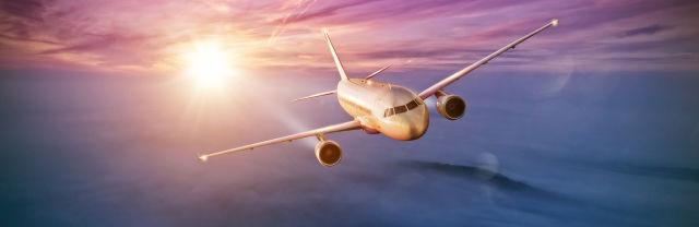 Flugzeug über den Wolken bei Sonnenaufgang