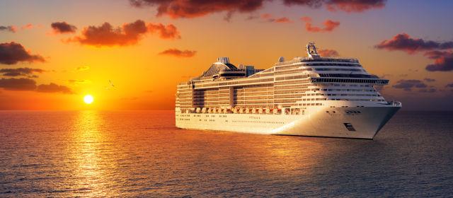 Kreuzfahrtschiff mit Sonnenuntergang
