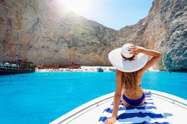 Vrouw op een boot bij het beroemde strand met schip wrak van Zakynthos
