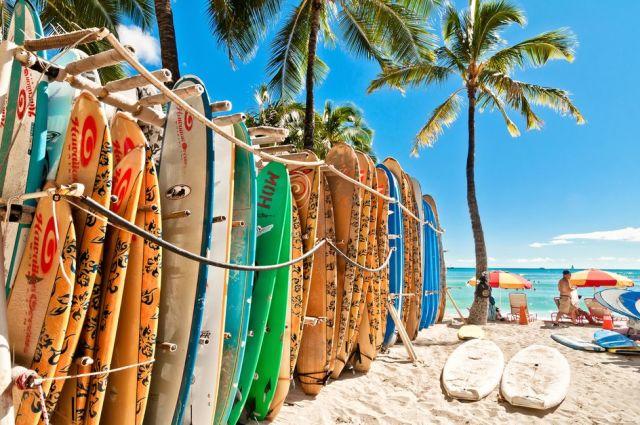 Surfplanken op het strand in Hawaii