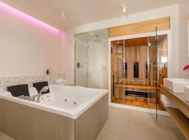 Badkamer met jacuzzi en sauna bij de wellness suite van Center Parcs Zandvoort