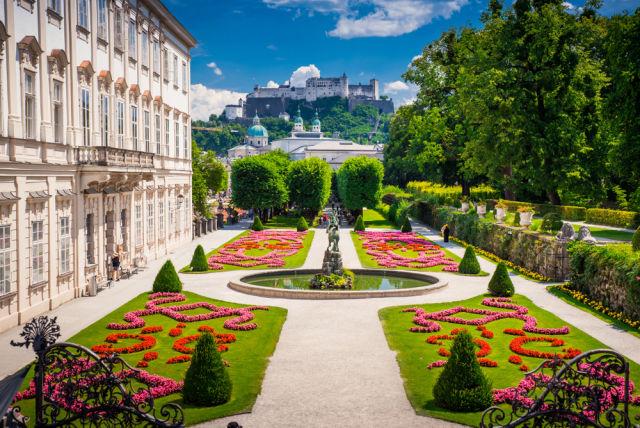 Schloss Mirabell und Gärten im Sommer, Salzburger Schloss im Hintergrund